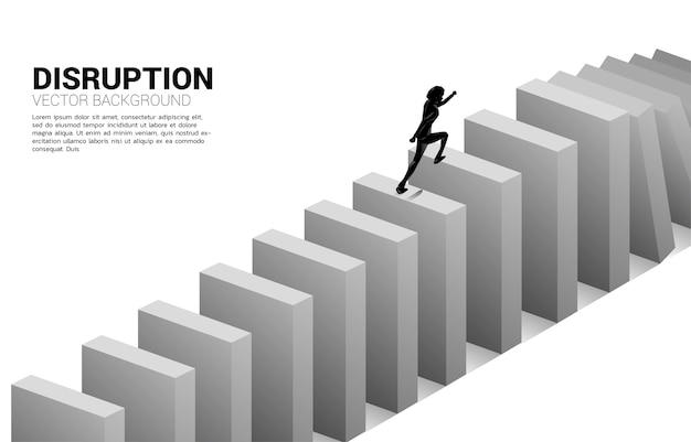 Przetrwać zakłócenia w biznesie. sylwetka biznesmen biegnie do upadku domina. koncepcja zakłócenia branży biznesowej