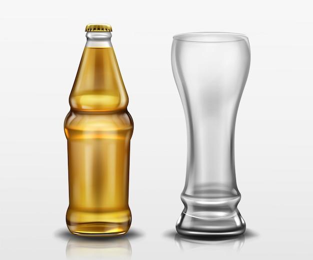Przezroczysta butelka z piwem i pusta wysoka szklanka. wektor realistyczna makieta pustej butelki piwa lager lub rzemieślniczego z żółtą nakrętką i kubkiem. szablon projektu napoju alkoholowego
