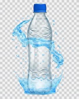 Przezroczysta korona wody i rozpryski wody wokół przezroczystej plastikowej butelki z niebieską nakrętką.