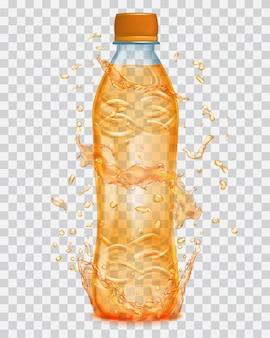 Przezroczysta woda rozpryskuje się w pomarańczowych kolorach wokół przezroczystej plastikowej butelki z pomarańczowym płynem. butelka z pomarańczowym korkiem, wypełniona sokiem pomarańczowym. przezroczystość tylko w pliku wektorowym
