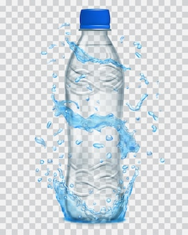 Przezroczyste plamy wody w jasnoniebieskich kolorach wokół szarej plastikowej butelki z wodą mineralną
