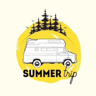 Przyczepa kempingowa lub kamper jadący na tle świerków i ilustracja napis letniej wycieczki. pojazd rekreacyjny do podróży lub na kemping