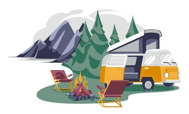 Przyczepa kempingowa w pobliżu krzeseł i ogniska na las iglasty na białym tle