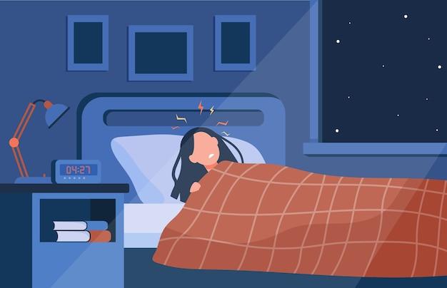Przygnębiona bezsenna kobieta leżąca w łóżku w nocy. osoba cierpiąca na zaburzenia snu, bezsenność lub gorączkę
