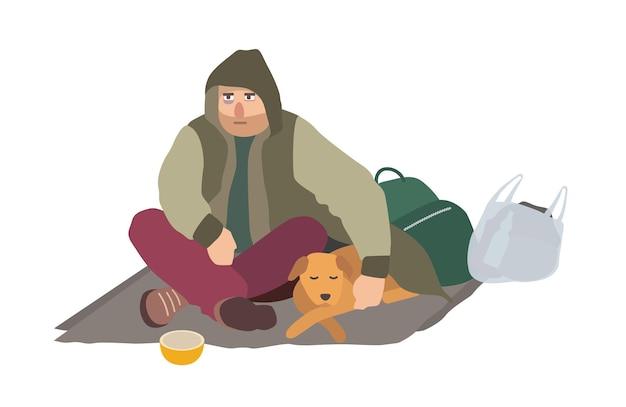Przygnębiony bezdomny facet ubrany w brudne ubrania, siedzący na kartonowej macie na ulicy, obejmujący śpiącego psa i błagający o pieniądze. płaski postać z kreskówki na białym tle. ilustracja wektorowa.