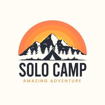 Przygoda z letnim obozem z logo ilustracyjnym góry