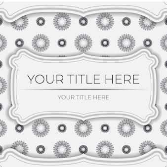 Przygotowanie wektor zaproszenia z miejscem na twój tekst i wzory vintage. szablon do druku pocztówek w kolorze białym z greckimi wzorami.