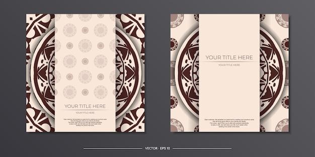 Przygotowanie zaproszenia z miejscem na twój tekst i abstrakcyjnym ornamentem. szablon do druku pocztówek w kolorze beżowym z wzorami mandali.
