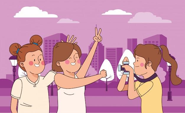 Przyjaciele nastolatków, uśmiechając się i dobrze się bawić