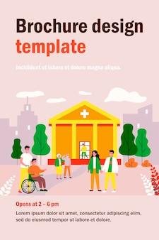 Przyjaciele odwiedzający pacjenta w szpitalu. szczęśliwy młody człowiek na wózku inwalidzkim z pielęgniarką płaską ilustracją. opieka szpitalna, koncepcja pomocy medycznej