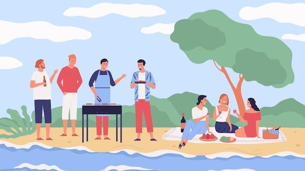 Przyjaciele piją wino, jedzą owoce, gotują mięso na imprezie z grillem na świeżym powietrzu w pobliżu rzeki płaskiej