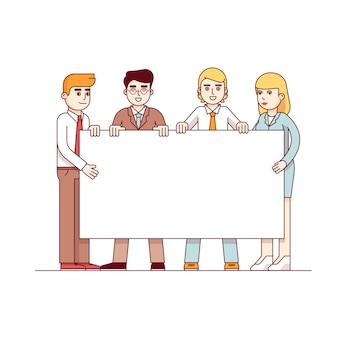 Przyjaciele stoją i wyświetlają biały plakietkę