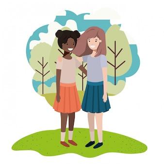 Przyjazne nastolatki dziewczyny pochodzenia etnicznego w parku