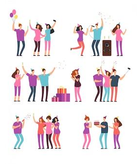 Przyjaźni ludzie mężczyźni, kobiety tańczące, śpiewające i bawiące się na imprezie. przyjaciele świętują urodziny. wektor postaci z kreskówek na białym tle