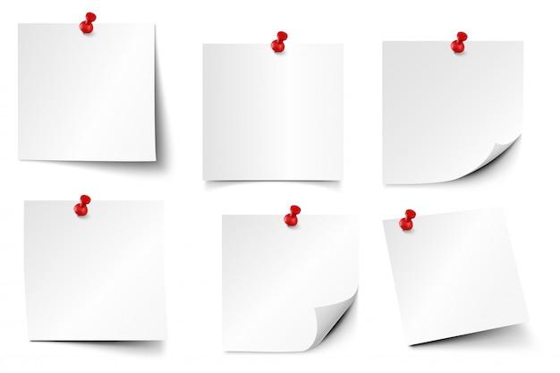 Przypięte papierowe notatki. papiery samoprzylepne, realistyczny zestaw naklejek na pin i tablicę notatek. notatnik z czerwonymi pinezkami. zapinany notatnik kawałek papieru szablon