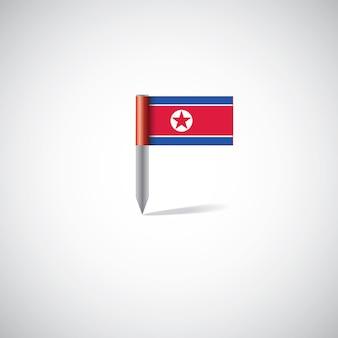 Przypinka z flagą korei północnej, na białym tle na jasnym tle