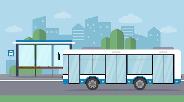 Przystanek autobusowy z przyjeżdżającym autobusem na tle pejzażu miejskiego