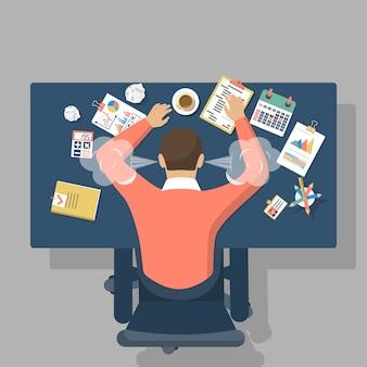 Przytłoczony pracownik na biurku