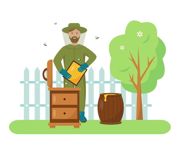 Pszczelarz ubrany w kombinezon ochronny z plastrami miodu i latającymi pszczołami w pszczelim ogrodzie.