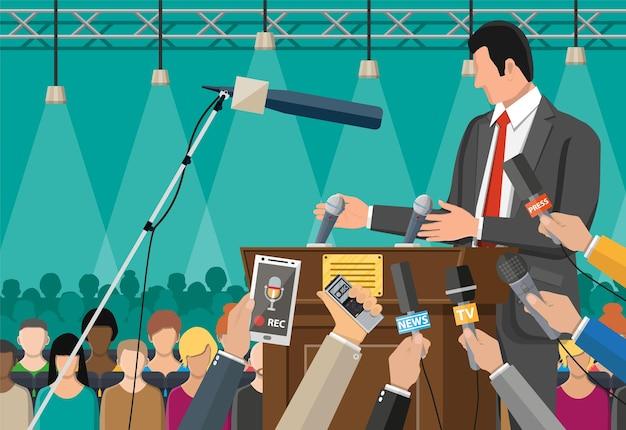 Publiczny mówca. rostrum, trybuna i ręce dziennikarzy z mikrofonami i cyfrowymi dyktafonami