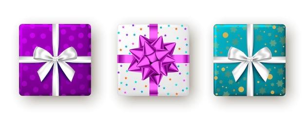 Pudełko prezentowe z fioletową, białą wstążką i kokardką, widok z góry
