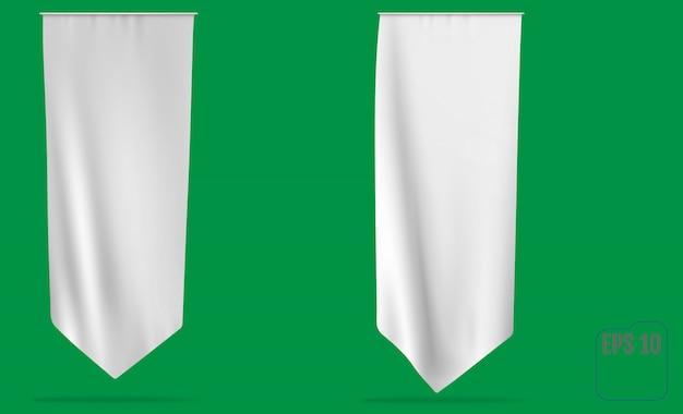 Pusta biała długa flaga proporzec. wiszący baner, na białym tle. biała czysta pionowa machająca flaga szablonu.
