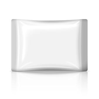 Pusta biała płaska plastikowa saszetka na białym tle na białym tle z odbiciem. miejsce na twój projekt i branding.