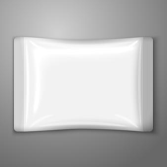 Pusta biała plastikowa saszetka na białym tle na szarym tle