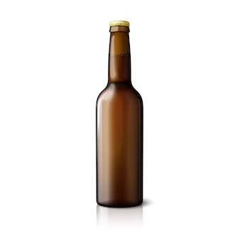 Pusta brązowa realistyczna butelka piwa na białym tle z odbiciem i miejscem na twój projekt i branding.