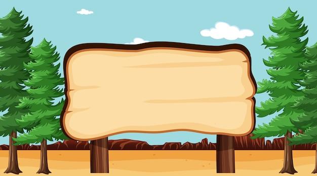 Pusta drewniana deska w scenie parku przyrody z sosnami