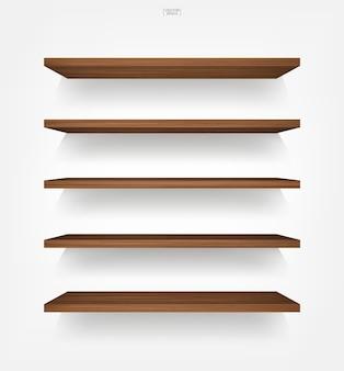 Pusta drewniana półka na białym tle z miękkim cieniem