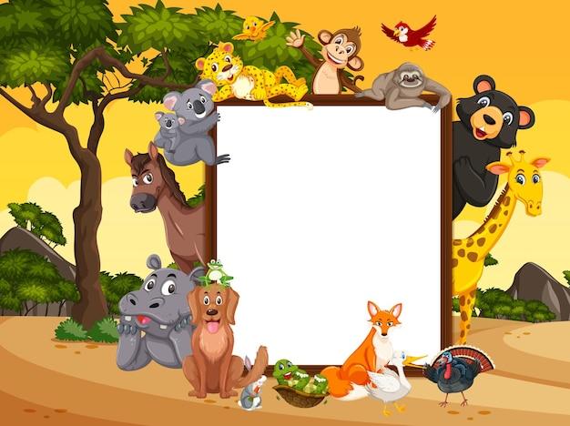 Pusta drewniana rama z różnymi dzikimi zwierzętami w lesie