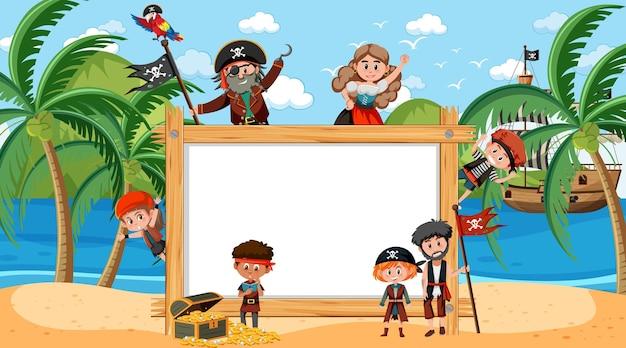Pusta drewniana rama z wieloma postaciami z kreskówek dla dzieci piratów na plaży