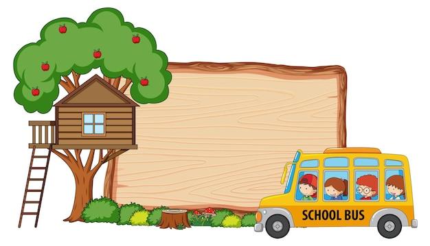 Pusta drewniana tablica z wieloma dziećmi w szkolnym autobusie na białym tle