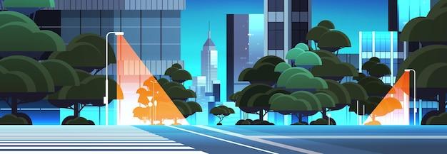 Pusta nocna ulica droga z przejściem dla pieszych budynki miejskie panoramę nowoczesnej architektury pejzaż miejski