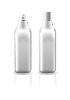 Pusta przezroczysta kwadratowa butelka kosmetyczna z białą zakrętką do szablonu produktu kosmetycznego.