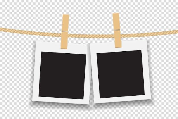 Pusta ramka na zdjęcia wisząca na linii lub liny.