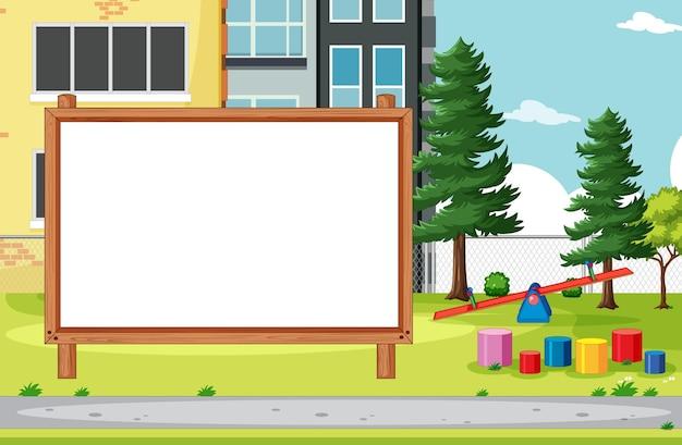 Pusta tablica transparent w scenerii placu zabaw