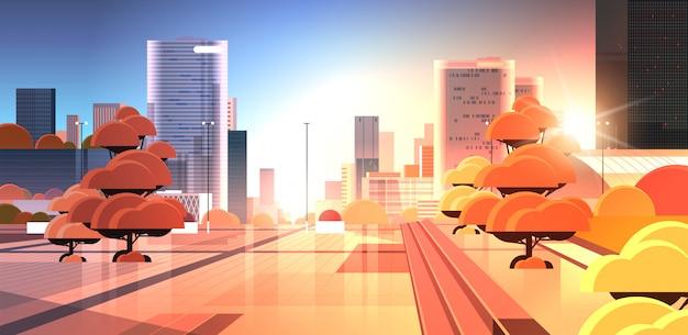 Pusta w centrum miasta ulica o zachodzie słońca bez ludzi i samochodów pejzaż nowoczesne tło poziome