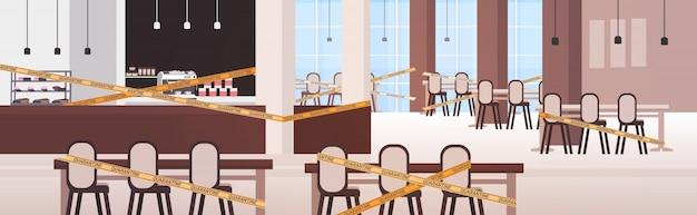 Pusta zamknięta kawiarnia z żółtą taśmą