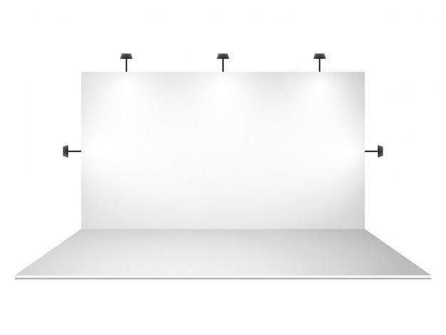 Puste białe stoisko targowe z oświetleniem