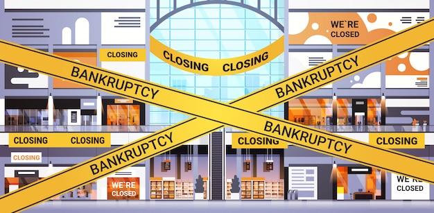 Puste centrum handlowe z żółtą taśmą bankructwa koronawirus kwarantanna pandemiczna