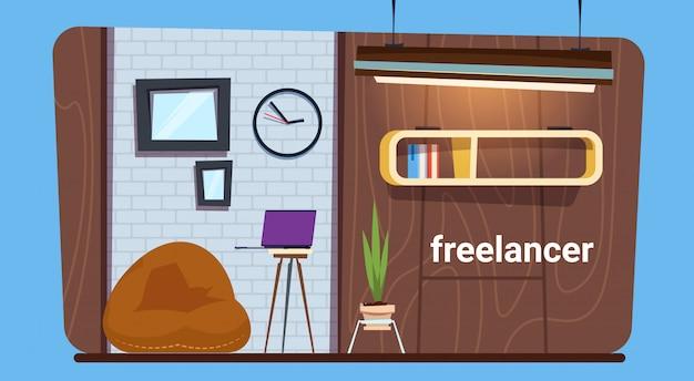 Puste miejsce pracy freelance pracownika w nowoczesnej kreatywnej przestrzeni biurowej