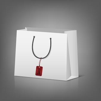 Puste papierowe torby na zakupy z tagiem sprzedaży.