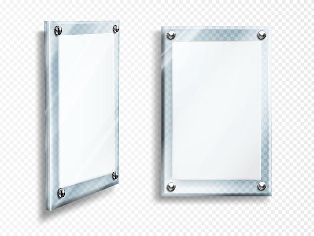 Puste ramki szklane wiszą na ścianie na białym tle
