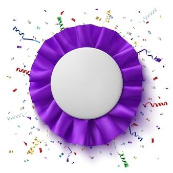 Puste, realistyczne fioletowy fabrick nagrody ribbonl z kolorowymi konfetti i wstążkami, na białym tle. odznaka. ilustracja