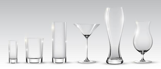 Puste realistyczne okulary ustawione na różne napoje alkoholowe i koktajle na szarym tle na białym tle
