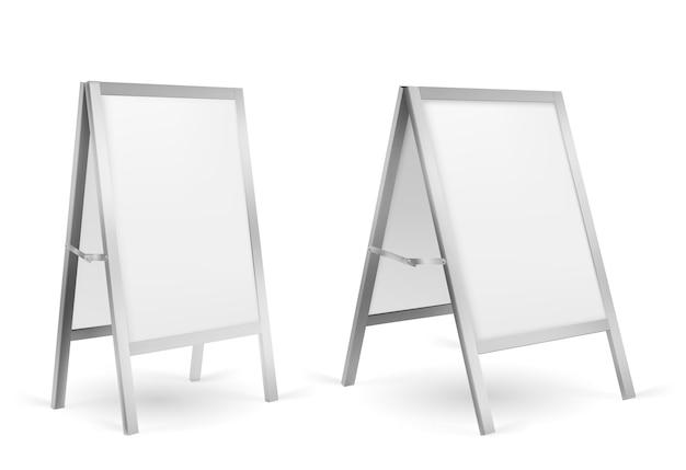 Puste stojaki reklamowe chodnika na białym tle