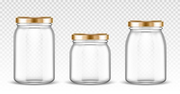 Puste szklane słoiki o różnych kształtach ze złotymi pokrywkami na białym tle