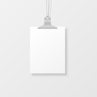 Puste wiszące ramki na zdjęcia lub szablony plakatów na białym tle. zestaw białych plakatów zawieszonych na segregatorze na ścianie. ramka na kartkę papieru.